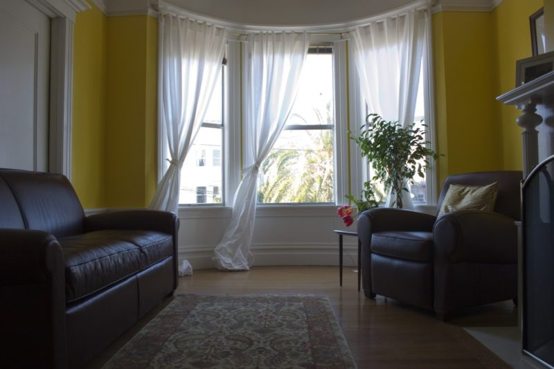 How to hang curtains on windows with crown molding