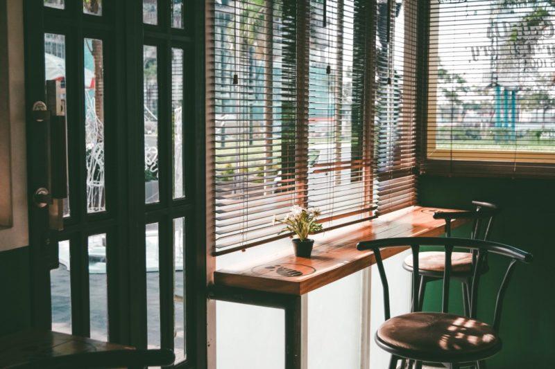 What is a café curtain